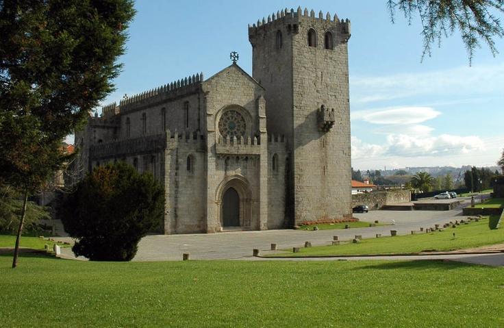 MOSTEIRO DE LEÇA DO BALIO         Classificado como monumento nacional, este imóvel medieval é considerado um dos melhores exemplares arquitetónicos existentes no país, de transição do estilo românico para o gótico.   http://www.cm-matosinhos.pt/pages/426?poi_id=57