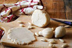 La pasta di mandorle o pasta reale, è usata per la preparazione di tantissimi dolci, come copertura di torte e biscotti al posto della pasta di zucchero.
