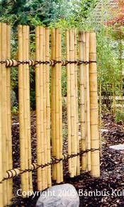 Bambuszaun mit Kokosstrick gebunden