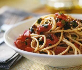 Espaguetis a la putanesca es una receta para 4 personas, del tipo Primeros Platos, de dificultad Fácil y lista en 25 minutos. Fíjate cómo cocinar la receta.     ingredientes  - 350 g espaguetis  - 4 tomates  - 2 guindillas rojas  - 2 dientes ajo  - 8 anchoas troceadas  - 12 aceitunas deshuesadas  - queso parmesano  - algunas alcaparras troceadas  - perejil picado  - albahaca  - aceite  - sal