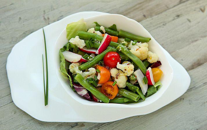 alle 'restjes' in verwerken. Je kan van alles gebruiken: rode kool (rauw), komkommer, broccoli, witlof. Aanvullen met hard gekookte eieren, tonijn, gestoomde zalm, gebakken baconblokjes, kip… …
