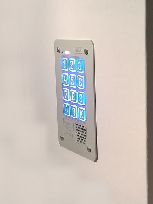 Digital, multi-family doorphone with combination lock from Radbit. Elegant, highlighted keys.