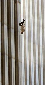 11 сентября, выпрыгнувший из торгового центра человек///Фотография 11 сентября Прыгнули вниз из горящего зданья — один, два, несколько человек выше, ниже.  Фотография их задержала при жизни, а теперь сохраняет над землею к земле.  Каждый из них еще цел, со своим лицом и кровью хорошо укрытой.  Времени еще хватает, чтобы волосы растрепались, а из карманов повыпадали ключи, мелкие деньги.  Они еще витают в воздухе, в пределах этого пространства, которое как раз открылось.  Только две вещи я…