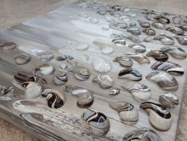 Meranti - 80 x 60 x 4: taupe schilderij, abstract, met dikke kloddders verf als schelpen in reliëf op het doek. Tinten taupe, bruin-grijs, antraciet, beige, wit. Taupe STUDIO in 's-Hertogenbosch. Ook in zeer grote maten mogelijk als maatwerk (1m50, 2m, 2m50)