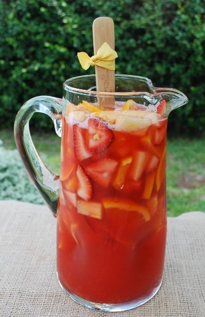 El verano sangría: 1 botella de Zinfandel blanco, 8 onzas de fresa Daiquiri Mix, 6 ozs de melocotón con sabor a Mixer, 8 ozs de jugo de piña, 16 ozs de ron de piña.  variedad de frutas frescas: fresas, piña, limones, limas, naranjas, melocotones o.  Mezclar, refrigerar y servir!.:
