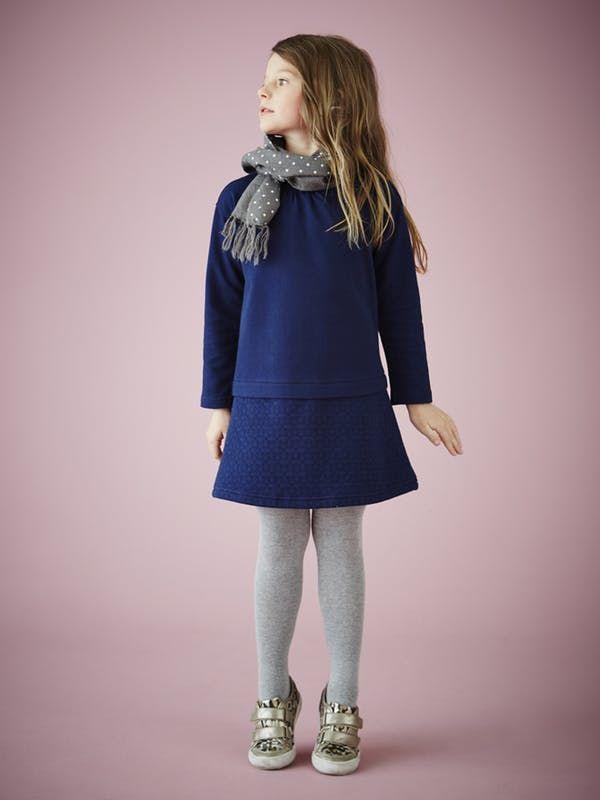 Tenue mi-saison pour petite fille : robe chasuble bleu marine, collants gris, baskets à scratchs léopard, écharpe grises à pois blancs - Vertbaudet