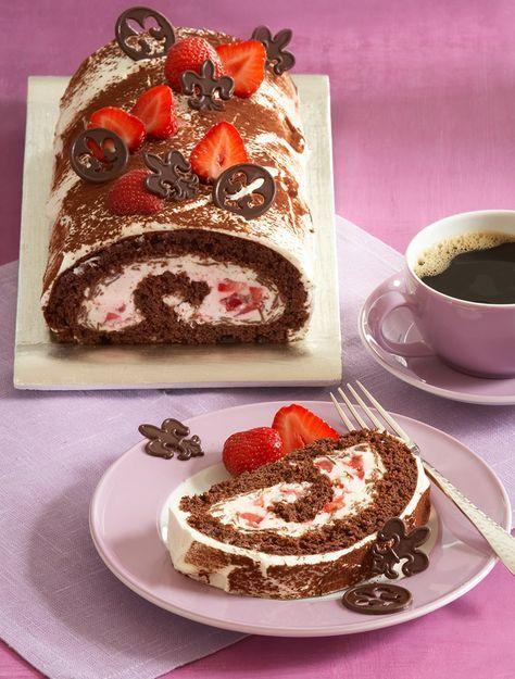 Erdbeer-Schokoladen-Biskuitrolle Ein fruchtiges Gebäck mit Erdbeeren und Schokolade für die Kaffeetafel