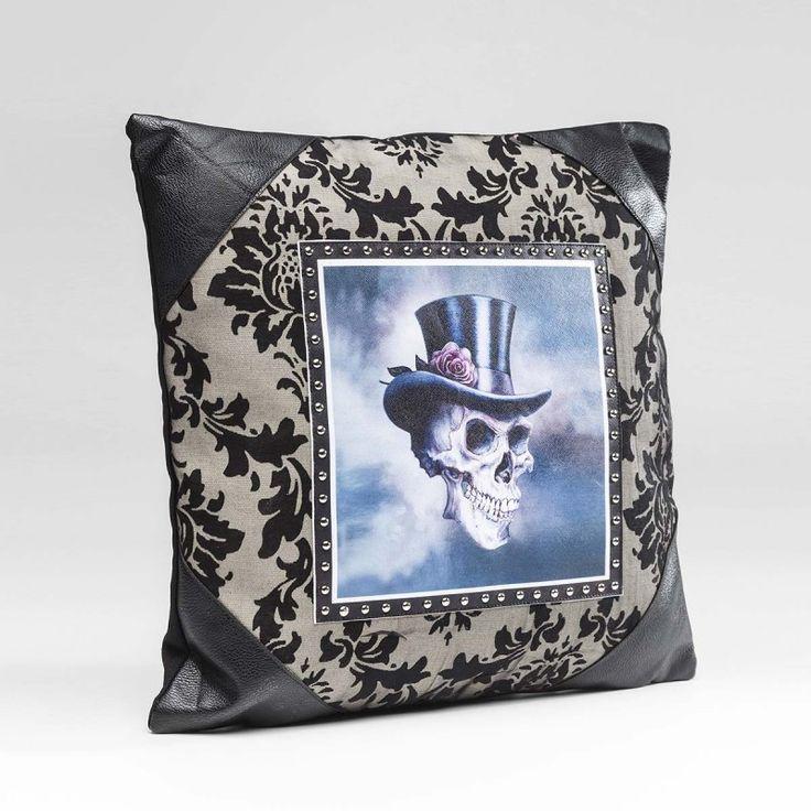 Cuscino Gentlemen Skull 45x45cm Cuscino quadrato con teschio e borchie. Stile grintoso ed estremamente alla moda
