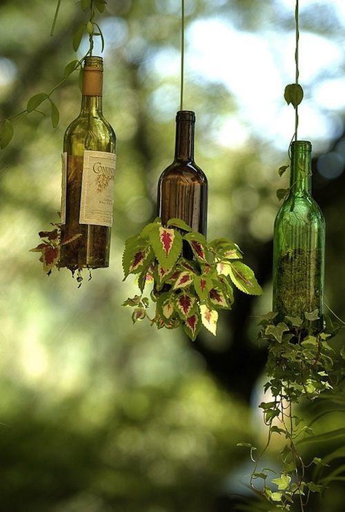 Leuke decoratie voor in de tuin wijnflessen met klimop