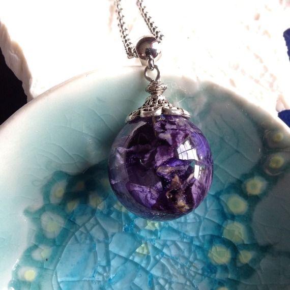 Collier fin en acier et pendentif bulle de résine inclusion de fleurs de pied d'alouette bleues (delphinium)