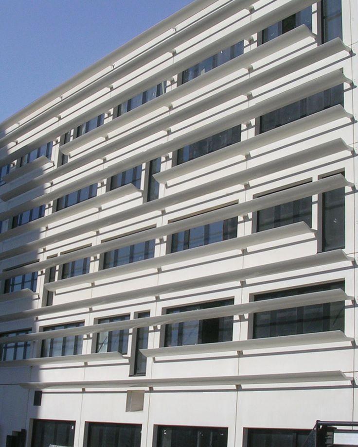 BRISE-SOLEIL FIXE UFR Médecine, NANTES (44) Architecte : Jean-Pierre Lott Pose : Girard Hervouet Lames de forme ovoïde type « aile d'avion » AS400x68 (RAL 9010 sat.). Pose entre embouts porteurs (en pose verticale avec lames couchées).