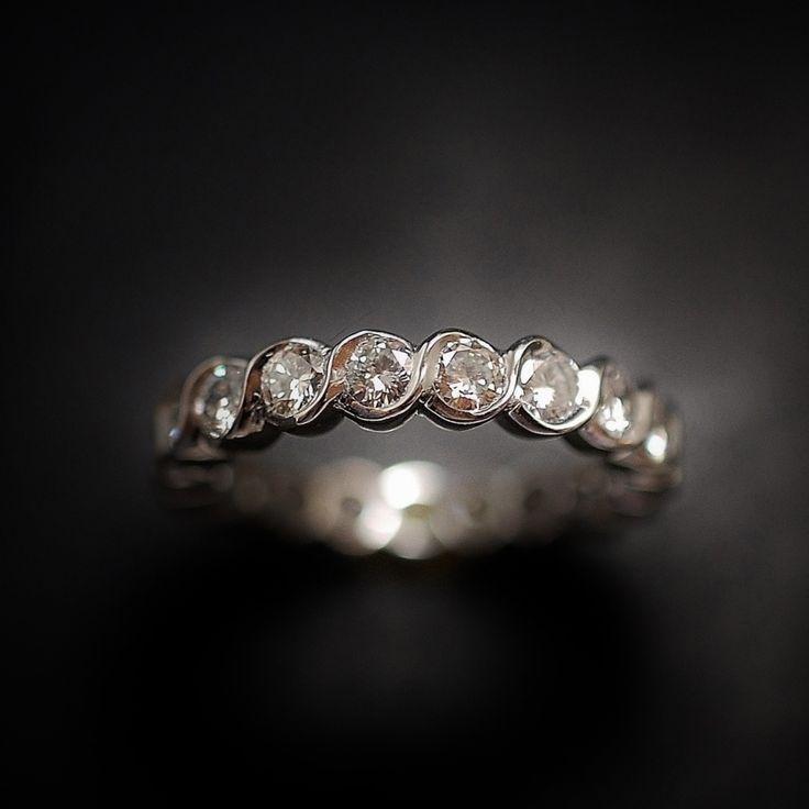 à vendre : 2500€ Alliance Diamants en or gris 18 Cts  sertie de 1.87 Carats de diamants brillants soit 19 brillants de 0.10 Cts chaque en serti demi clos  qualité G-VS  poids brut : 4.10 grammes  taille de doigt : 53  largeur Alliance : 3.8 mm  Diamètre diamants : 2.9 mm  Vendu avec Facture  Possibilité de fabriquer cette alliance pour toutes les tailles  me demander avant d'encherir  vendue avec facture