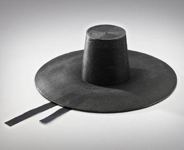 통영포립 (tong-yeongpolib) 45×15cm 총모자와 죽사(竹絲)로 엮은 양태로 되어 있고, 양태 위에 명주나 삼베를 입혀 옻칠한 갓이다.
