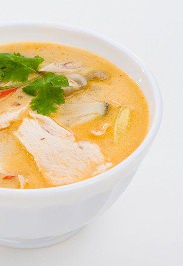 Kalte Kokosnuss-Suppe - Curry - Für eine kalte Kokosnuss-Suppe (4 Personen) brauchen Sie: 120g frische Kokosnuss 1 Papaya 1 große Zwiebel 25cl Hühnchen-Fond 25cl Kokosmilch 25cl Crème Fraîche 60g Butter 2 EL Curry Salz, Pfeffer 1...