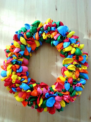 Balloon wreath tutorial. Helpful hint - use foam tubing from plumbing dept at home depot.
