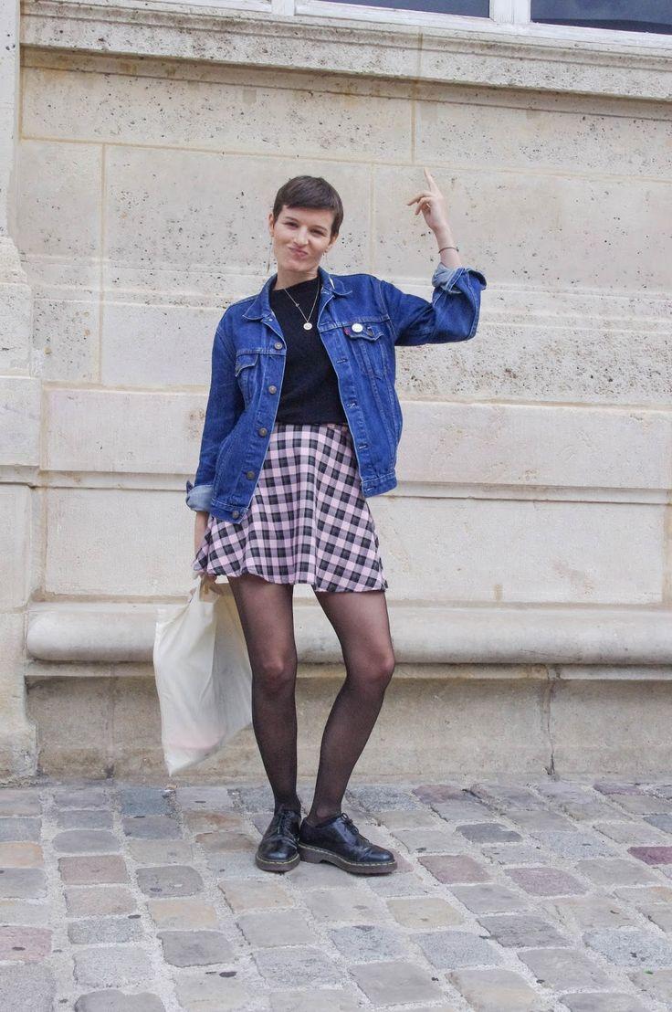 Lady Moriarty look vintage grunge 90's avec un blouson en jeans et des Doc Martens basses