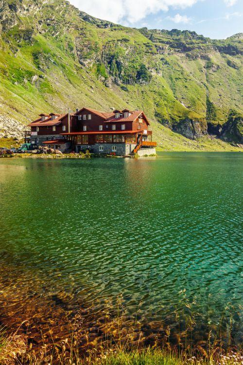 Balea Lake, Romania (by Vasile Hurghis).MUY BELLO, UN LUGAR MUY ESPECIAL PARA RELAJARSE.