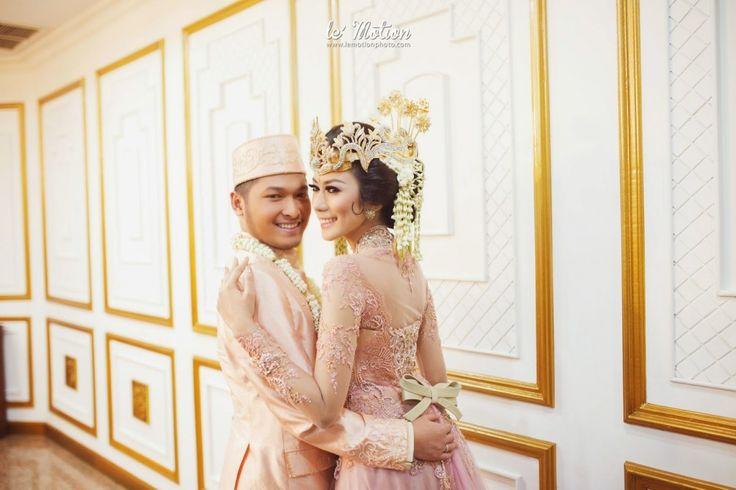 Modern Sundanese Wedding of Hallida and Gusti at Balai Sudirman, Jakarta. Kebaya from Ferry Sunarto and siger from Sanggar Ekayana - www.thebrideedpt.com #kebaya #kebayamodern #indonesia #ferrysunarto #designer #designerindonesia #pernikahan #wedding