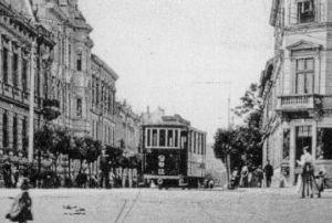 A villamos. A 12-es, pótkocsiból átépített motorkocsi az Erzsébet utca végén, elérve a Várkerületet.