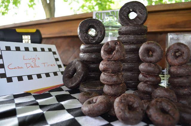 BIRTHDAY CARS. Des petits gâteaux en forme de pneus.
