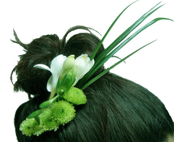 Tocado de flores naturales para el pelo de la Novia Floristería Caprichos