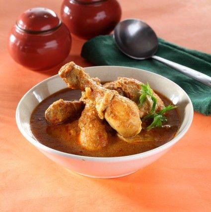 Harum aroma rempah langsung tercium dari ayam bumbu gulai kali ini. Jangan ragu untuk menyajikannya untuk menu hari ini.