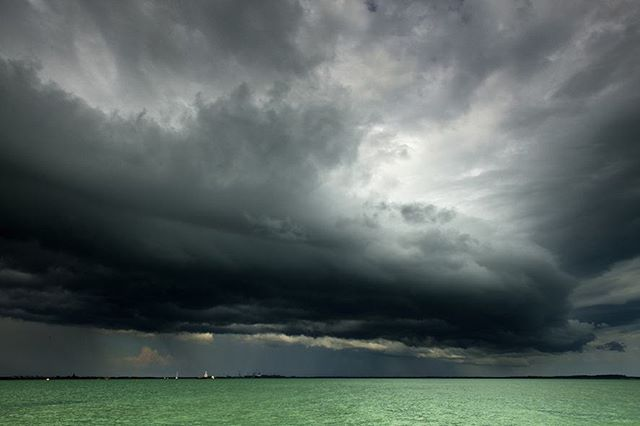 Dramatic clouds roll in over Darwin harbour this week - the Wet season is officially building up in the Top End! Down in Kakadu the traditional owners Bininj/Mungguy call this pre-monsoonal season Gunumeleng. 📷 by Don Fuchs  #AusGeo is in the Top End for #Kakadubirdweek 🐦  #NTaustralia #Darwin #storm #cloudporn #naturephotography