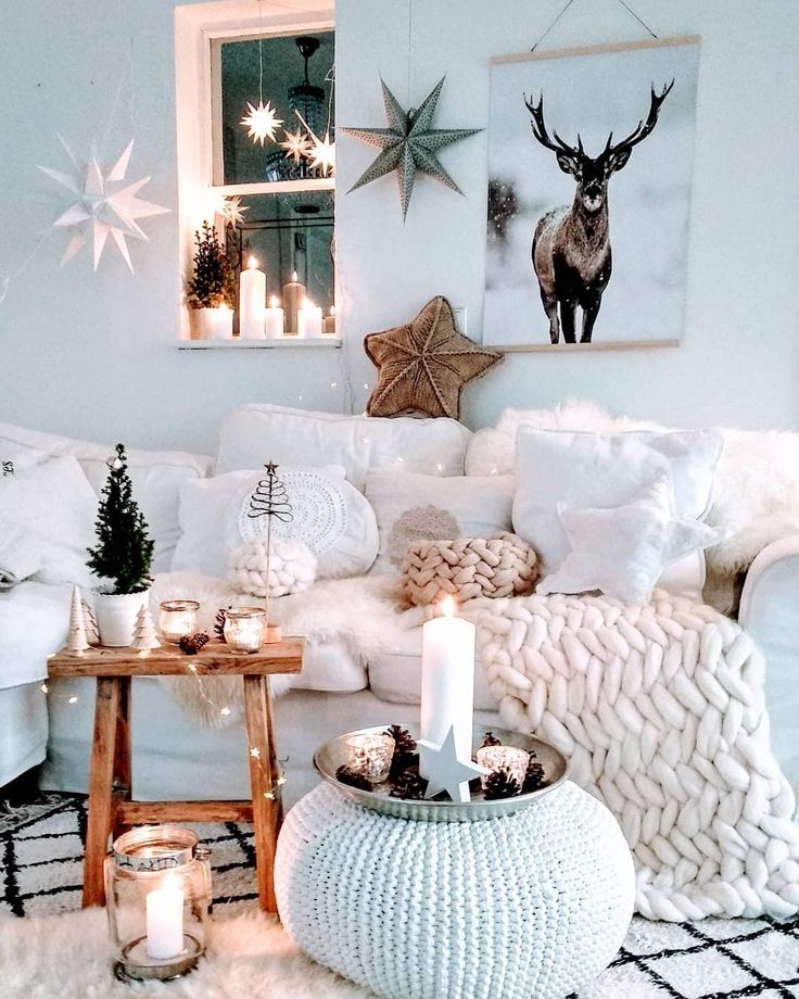 Merry Christmas! In diesem traumhaften Wohnzimmer können die Weihnachtsfeiertage nur wunderschön werden. Festlich geschmückt mit einzigartigen Deko-Pieces, kuscheligen Fellen, Kissen und Kerzenschein ist weihnachtliche Stimmung vorprogrammiert! 📷:@herzenstimme // Deko Wohnzimmer Sofa Kissen Pouf Weihnachten Weihnachtsdeko Ideen Einrichten Weiss Kerzen Winter #Wohnzimmer #Wohnzimmerideen #Sofa #Weihnachten #Weihnachtsdeko #Pouf #Winterdeko