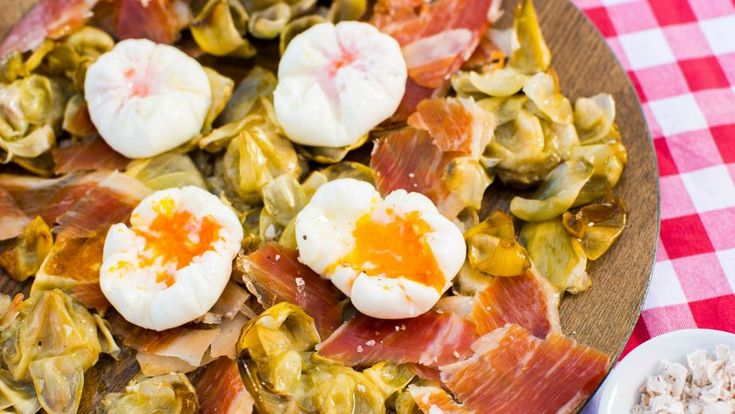 Receta | Alcachofas confitadas con huevo pochado, jamón y sal trufada - canalcocina.es