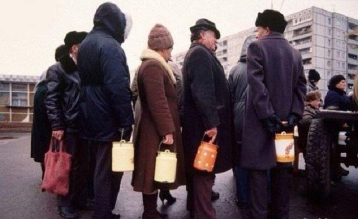 Продажа молока на разлив. СССР, Москва, 1980-е годы.