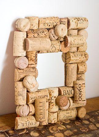 Rolhas! Tutorial em http://www.viladoartesao.com.br/blog/2012/04/como-fazer-uma-moldura-de-rolhas-para-seu-espelho/