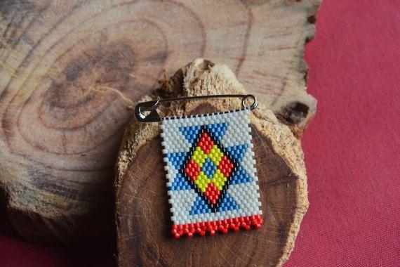 Ukuthula est une paix de sens du mot zoulou.  Cette broche est inspirée par les broches perles appelés «Lettres d'amour zoulou» faites par des femmes zouloues en Afrique du Sud pour leurs amants comme un symbole de leur amour et l'affection. Chaque couleur de perle de la lettre d'amour zoulou transmet un message différent.  La broche est la main de perles à l'aide de la technique du Brick stitch perles. Chaque perle est perlée un à la fois. Il faut environ 2 heures pour un beader…