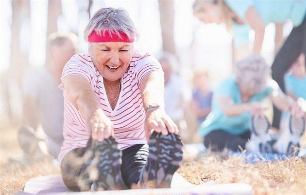 """V každém věku lze začít s novým sportem nebo pokračovat v tom, který vás vždy bavil. Chce to ale myslet na pravidelnou """"údržbu"""". Trenérka Petra Janů z fitness Contours sestavila jednoduchý kruhový trénink pro ženy, které ani po šedesátce nechtějí zakrnět."""