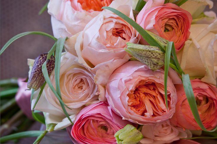 Bruidsboeket van prachtige rozen gecombineerd ranonkels en Frittilaria meleagris.