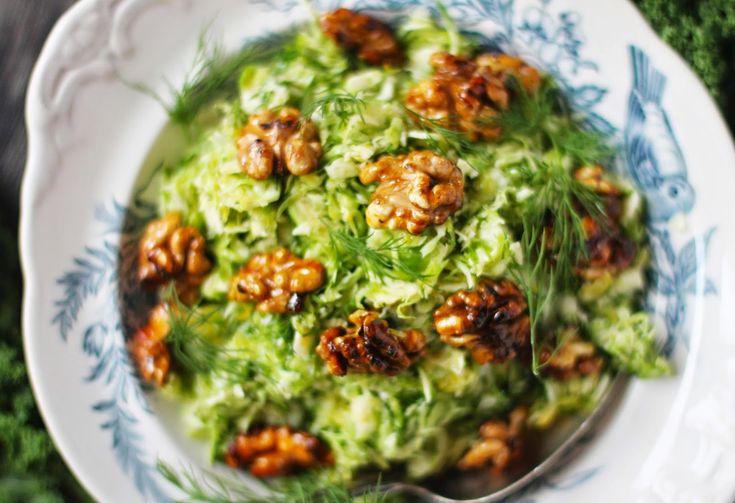 Brysselkål är en klassisk grönsak som tillhör julen . Men varför begränsa sig till att äta den bara då? Den här friska salladen passar utmär...