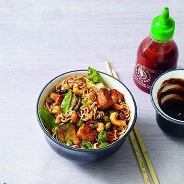 Woknudeln mit Pflaumensauce - -  Wie beim Asiaten ums Eck, nur blitzschnell zu Hause zubereitet: Freuen Sie sich auf eine süßlich-würzige Sauce zu Nudeln, Zuckerschoten, Zucchini und Tofu. Alles vegan!