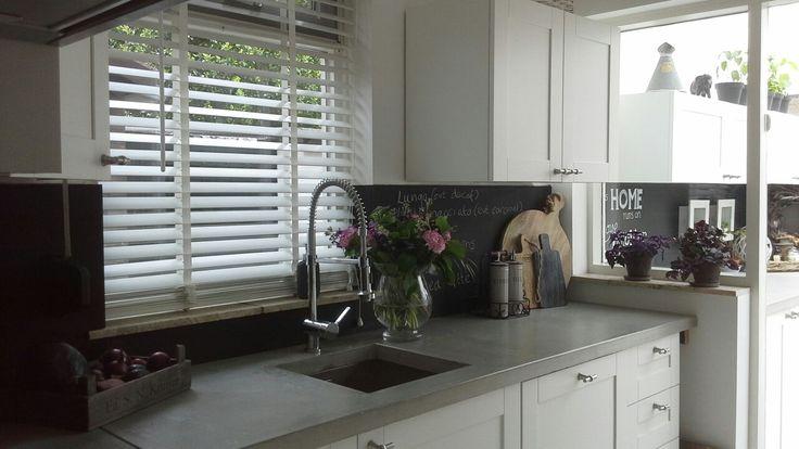 Keuken met zelfgestort betonblad.