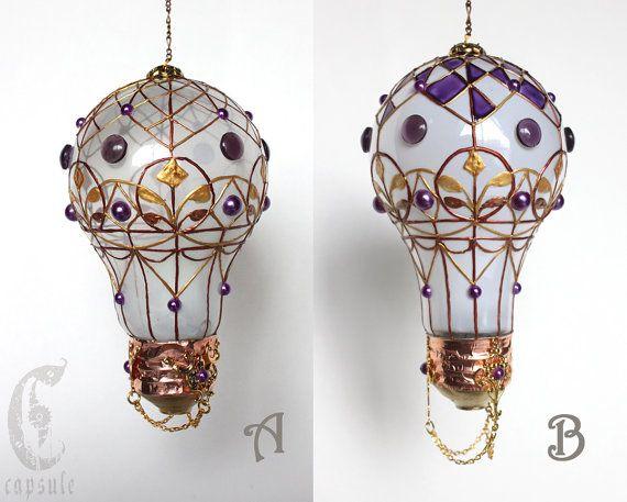 Ornamento decorativo Frost blanco manchado vidrio Bombilla globo aerostático con Cabujones de púrpura vacaciones Navidad Estas bombillas de escarcha blanca son reciclado en un hermoso decorativo vintage francés globo aerostático, con cabujón de cristal púrpura reciclado, Cabujones de plástico púrpura, decoraciones metálicas de cobre y oro. Es pintado a mano con púrpura, metálico Oro, vermeil y cobre vidrio pintura. Usted puede conectar donde quieras con la cadena de cobre y ajuste la…