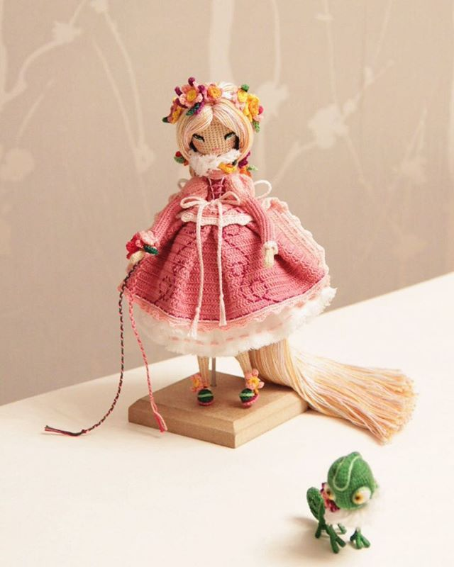 WEBSTA @ kukukolki - Рапунцыль и хамелеон ростом с маленькую собачку благодарят вас за приятные слова под предыдущим фото Паскаль в смятении) Кукла продана.----------------Doll sold.#кукуколка #кукланапродажу #афтарскаякукла #самапридумала #самасвязала #amigurumidolls #crochetdolls #amigurumi  #yarn  #кукла  #вязанаякукла #хендмейд #интерьернаякукла #паскаль #рапунцель #amigurumidoll #handmade #doll #вяжутнетолькобабушки #hechoamano #handmadedoll #crochet #своимируками #кукларучнойработы…