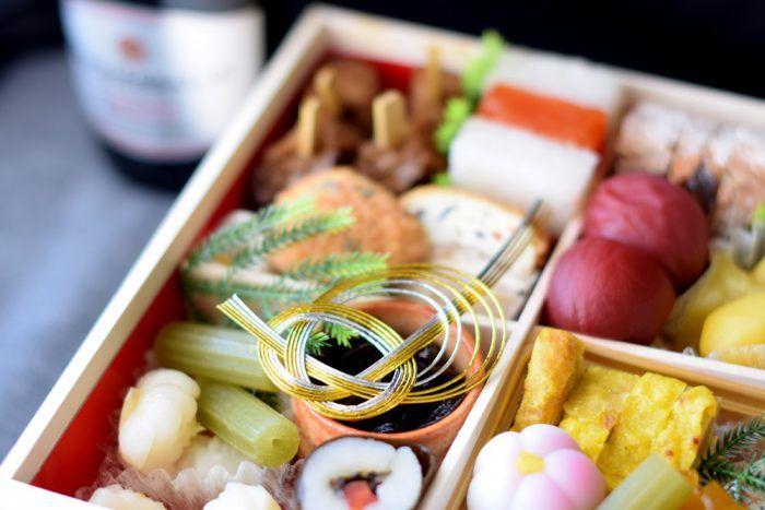 こんにちは!スマベジのベジ子です! 数日寒いですね。 今年のお正月は京都の泉仙の精進おせちを注文してみました。 12月31日に届きました。 京都の老舗 精進料理店がつくる芸術的なおせち 壱之重 弐之重 うっつくしい~!! 精進おせちのお品書き こちらがお品書き。 何が神経衰弱なのかってこれですよ! どれがどれだかわかんない・・・ 前回は全部「美味いなあ」で済ましましたが 今回は全力で当てにかかりますよ。 Let's get started! 壱之重 梅甘露煮 美味しい。 柿巻 干し柿となにか。 からし蓮根 好き。 菊花かぶら(見つからず。。。) 絹巻 多分これが絹巻だと思うんだけど。。。かぶで巻いてある。 金柑御所車 しゃれた名前だなー 串さし六条麩と利休麩 一番ジャンクで一般受けする味。 子供とか絶対好きと思う。 栗きんとん 安定の栗きんとん。 紅白道明寺粉寄せ うっかり温めたら溶けちゃいました。。。 たたき牛蒡 下のやつ。すりゴマ和えかな。 青蕗 ふきって久しぶりに食べた。 はさみ椎茸 美味しい。自分で作りたい。 花百合根 超きれい。 山...