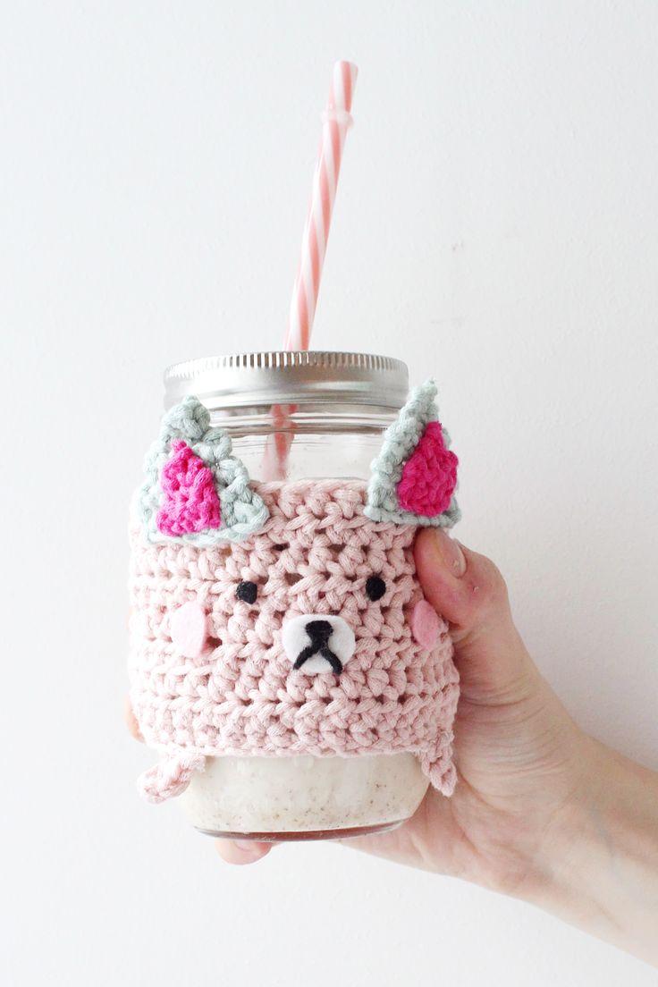 DIY Geschenkidee: Tassenwärmer Häkeln mit Katzenmotiv. Das DIY Tutorial gibt's auf madmoisell.com