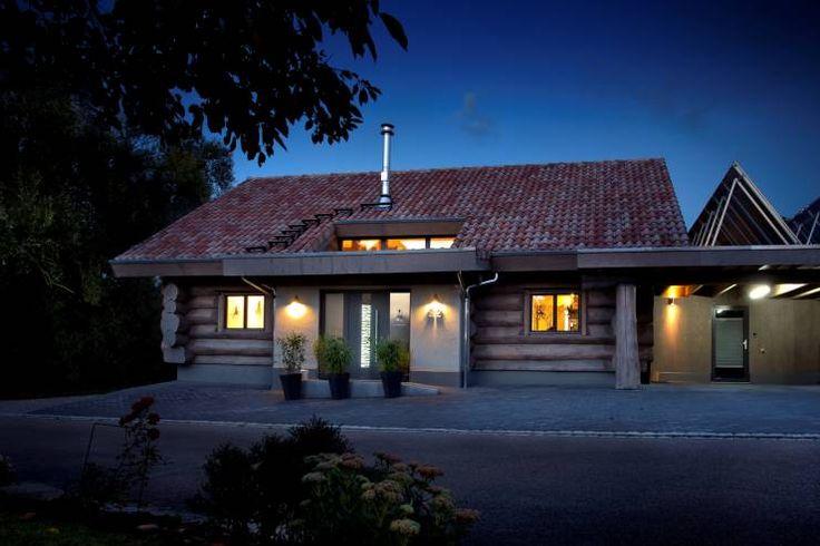 Landhaus mit besonderem Charme und gesundem Raumklima:  Modernes Wohnen im Naturstammhaus: rustikale Fenster & Tür von Kneer GmbH