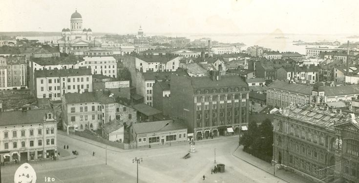 Helsingin rautatieaseman kellotornista kuvattu kulkematon postikortti n1920 luvun alkupuolelta.