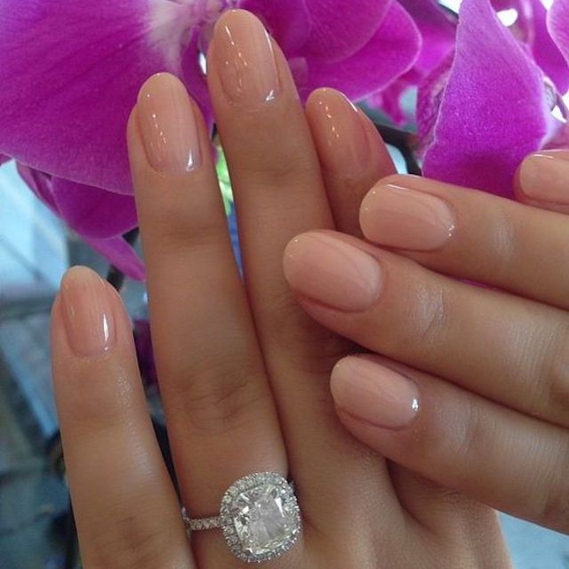 Simple, yet so sweet! We love these nude nails for your wedding day. And look at…