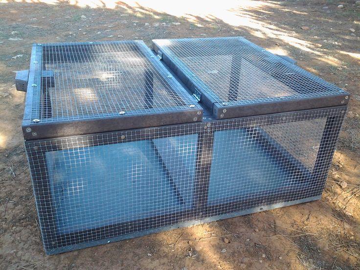 Jaula para animales fabricada en plástico reciclado. Fabricamos jaulas para conejos, gallineros, tanto a medida como estándar. Higienicas, fáciles de lavar y desinfectar, muy comodas. En esta jaula se abren las dos partes de arriba.  No se pudren, no se astillan, no cogen hongos, pueden estar todo el año en el exterior.   Más info en :directeadministracio@gmail.com