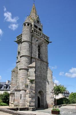 Le vieux clocher de Taulé 29  début du XVie, il est dû à l'atelier des Beaumanoir (Joseph et son fils Etienne)  originaires de Plougonven. Constitué d'une tour carrée épaulée de contreforts, il est orné d'une galerie de style gothique flamboyant desservie par un escalier de 72 marches logé dans la tourelle cylindrique Au XVIIe siècle,il faisait partie du système de surveillance des côtes , premier maillon d'une chaîne de postes de guet dont l'autre extrémité se trouvait à Brest.
