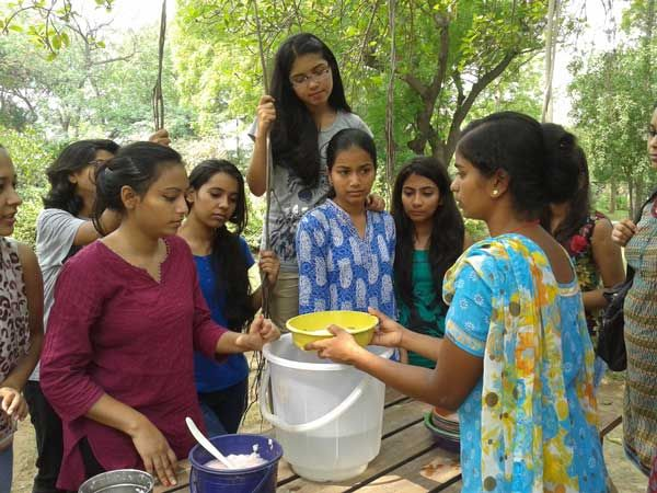 Making hand-made paper from waste tissue papers and dried leaves and petals. Workshop: Water, Electricity waste & Ecological living; Facilitator: Durjee Bhoi, Mamta Dandapat, Anuradha; Venu: The Gnostic Centre; Date: 20 July 2014; Participates: Students (Ecology group), Gargi College, Delhi University.