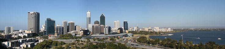 Panorama de Perth, no estado da Austrália Ocidental, Austrália.  Fotografia: Thewinchester.  – Wikipédia, a enciclopédia livre.