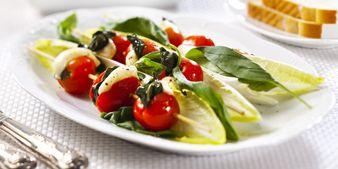 Tomaatti-mozzarella vartaat. Hyvä ruoka, parempi mieli.