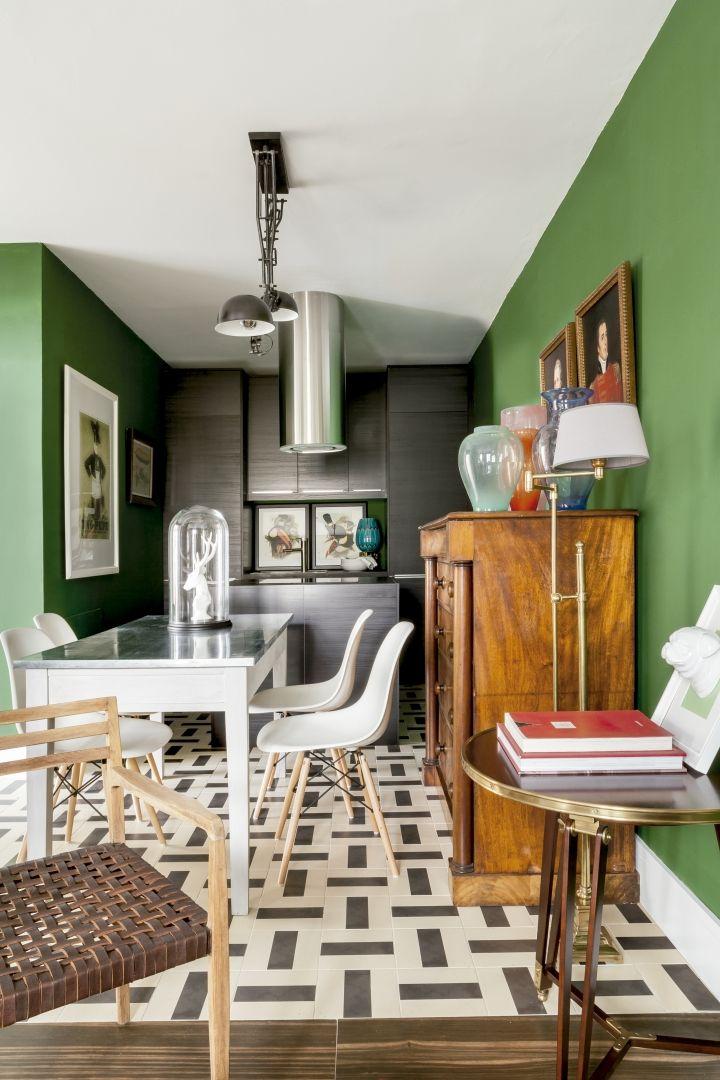 La sabiduría no entiende de metros. Un buen ejemplo de ello es este apartamento donde todo tiene su lugar y en el que la luz se pasea con el devenir de las...
